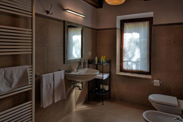 bathroom-guest-1-villa-mille-querceC78650E2-D474-A53F-E44A-7BC8718F8BD7.jpg